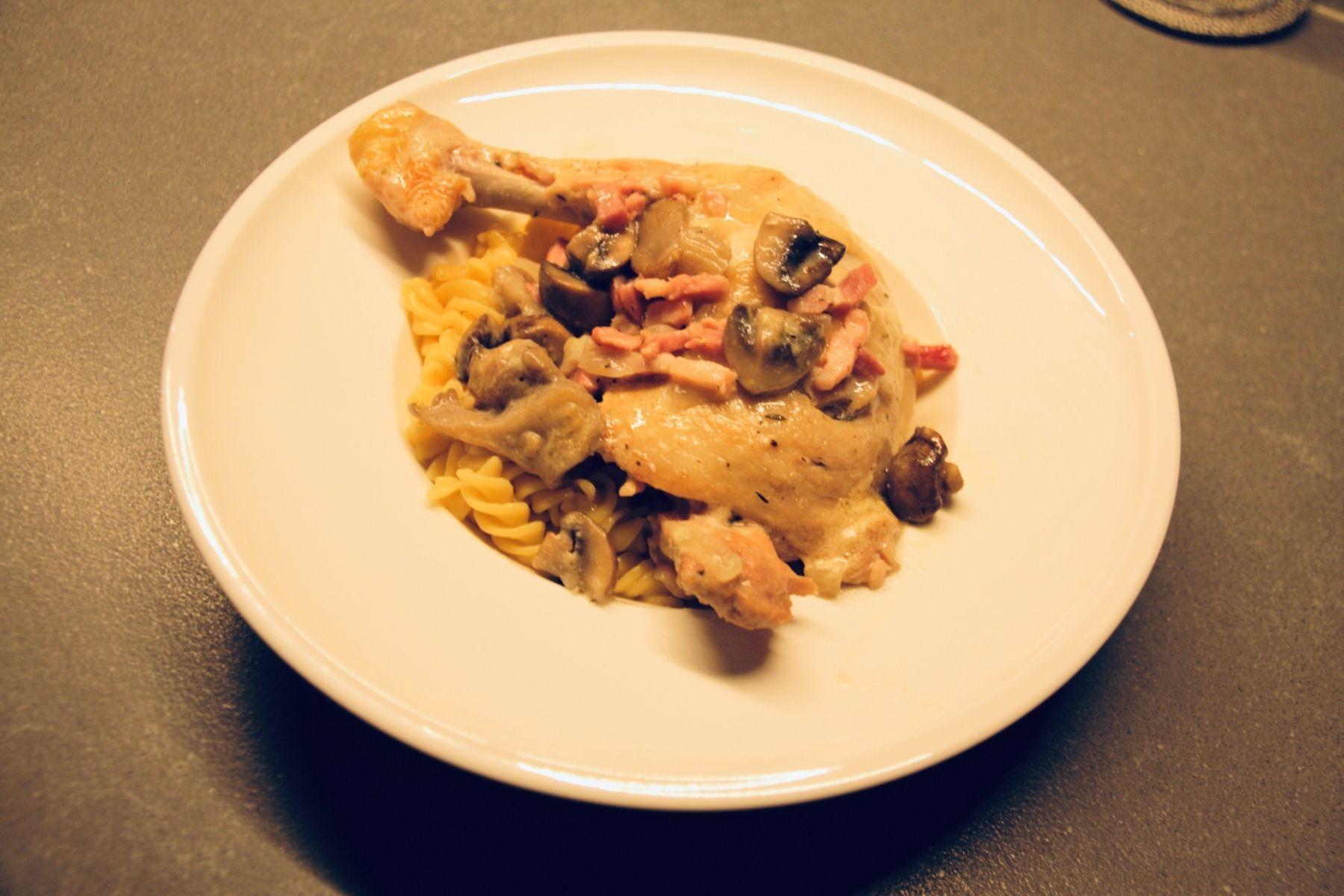 Kippenpoten met pasta en champignons